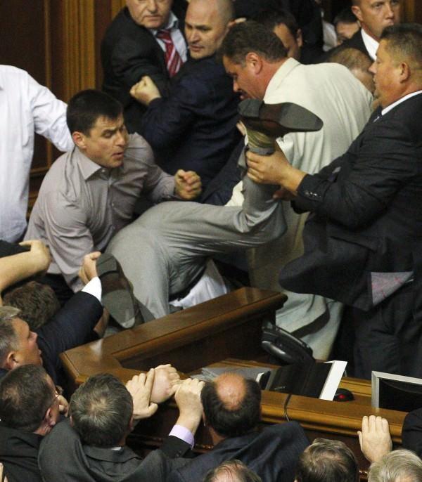 Σκηνές απείρου κάλλους μέσα στη Βουλή της Ουκρανίας! Δείτε το video