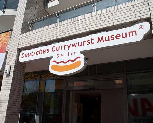 "Deutsches Currywurst Museum.  Το currywurst, (ο ""πιτόγυρος"" του Βερολίνου) είναι χοιρινό λουκάνικο με κάρυ κέτσαπ. Ως ένα από τα εμβλήματα της πόλης, έχει το δικό του μουσείο. Οι επισκέπτες μπορούν να φωτογραφηθούν δίπλα σε γιγαντιαία λουκάνικα, να μάθουν τα πάντα για το κάρυ και στο snack lounge να δοκιμάσουν επιτόπου διάφορες παραλλαγές και ποικίλα συνοδευτικά."