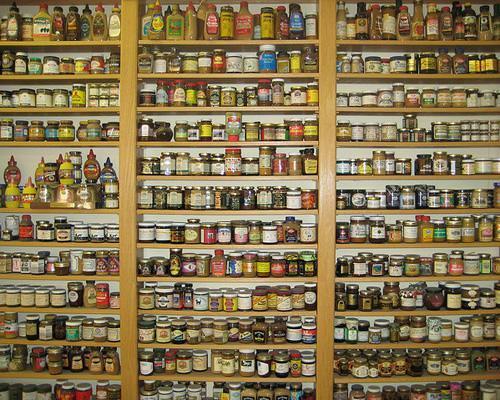 Εθνικό Μουσείο Μουστάρδας, στο Μίντλτον του Ουισκόνσιν, ΗΠΑ.  Δημιουργία του πρώην Εισαγγελέα του Ουισκόνσιν, ο οποίος άφησε την καρριέρα του για να ασχοληθεί με το πάθος του για τη μουστάρδα. Φιλοξενεί περί τα 5.300 διαφορετικά είδη από 60 διαφορετικές χώρες. Στο Μεγάλο Τοίχο της Μουστάρδας (Great Wall of Mustard) εκτίθενται  διάφορα αναμνηστικά. Το Μουσείο περιέχει επίσης καφετέρια και μαγαζί με είδη δώρων...