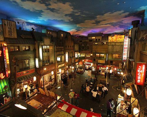 "Shine-Yokohama Raumen Museum. Μουσείο νούντλ στην Γιοκοχάμα της Ιαπωνίας. Στην ουσία είναι ""food park"", όχι απλά μουσείο, κατασκευασμένο για να θυμίζει το Τόκυο της δεκαετίας του '50. Ο επισκέπτης έχει τη χαρά να δοκιμάσει διάφορες τοπικές παραλλαγές νούντλς και βεβαίως να μάθει τα πάντα για την προέλευση, την ιστορία και τον τρόπο παρασκευής του ζυμαρικού που λατρεύουν οι Ασιάτες."