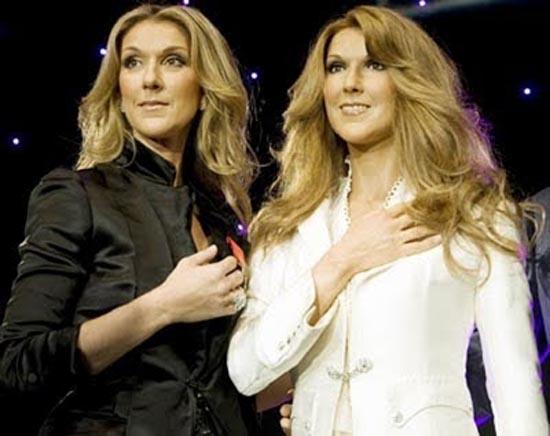 Διάσημοι φωτογραφίζονται με τα κέρινα ομοιώματα τους (9)