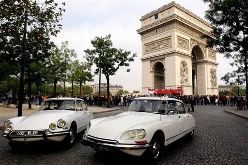 Δύο Citroen DS δίπλα στην Αψίδα του Θριάμβου (Jacques Brinon/AP Photo)