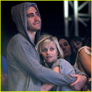 reese-witherspoon-jake-gyllenhaal-coachella-cuddle